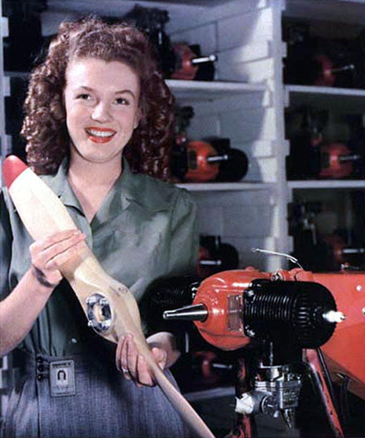 19-latnia Marilyn Monroe montująca w fabryce śmigło drona RP-5